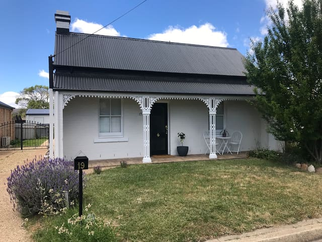 Beautiful 2 bedroom Cottage - 5 mins walk to CBD