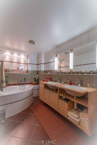 Salle de bain.  Double lavabo et baignoire.  Linges et lavette à disposition de nos hôtes.