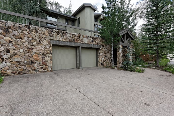 Beautiful 4BR + Den Snowmass Home Close to Slopes