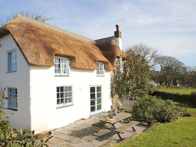 ROSE COTTAGE, pet friendly, with open fire in Manaccan, Ref 959411