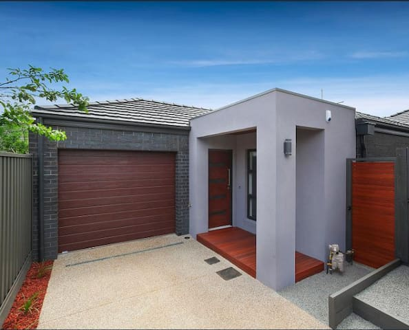 Quiet location 10 mins to Airport & 15 Km to CBD - Airport West