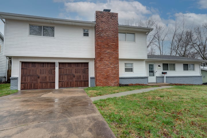 Just renovated! Large 4 queen bed house.