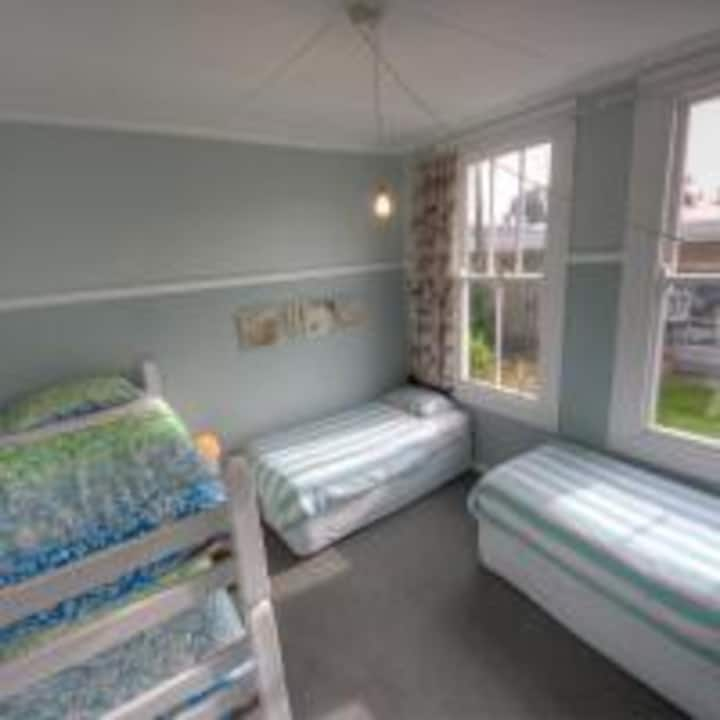 4 bed mixed share room
