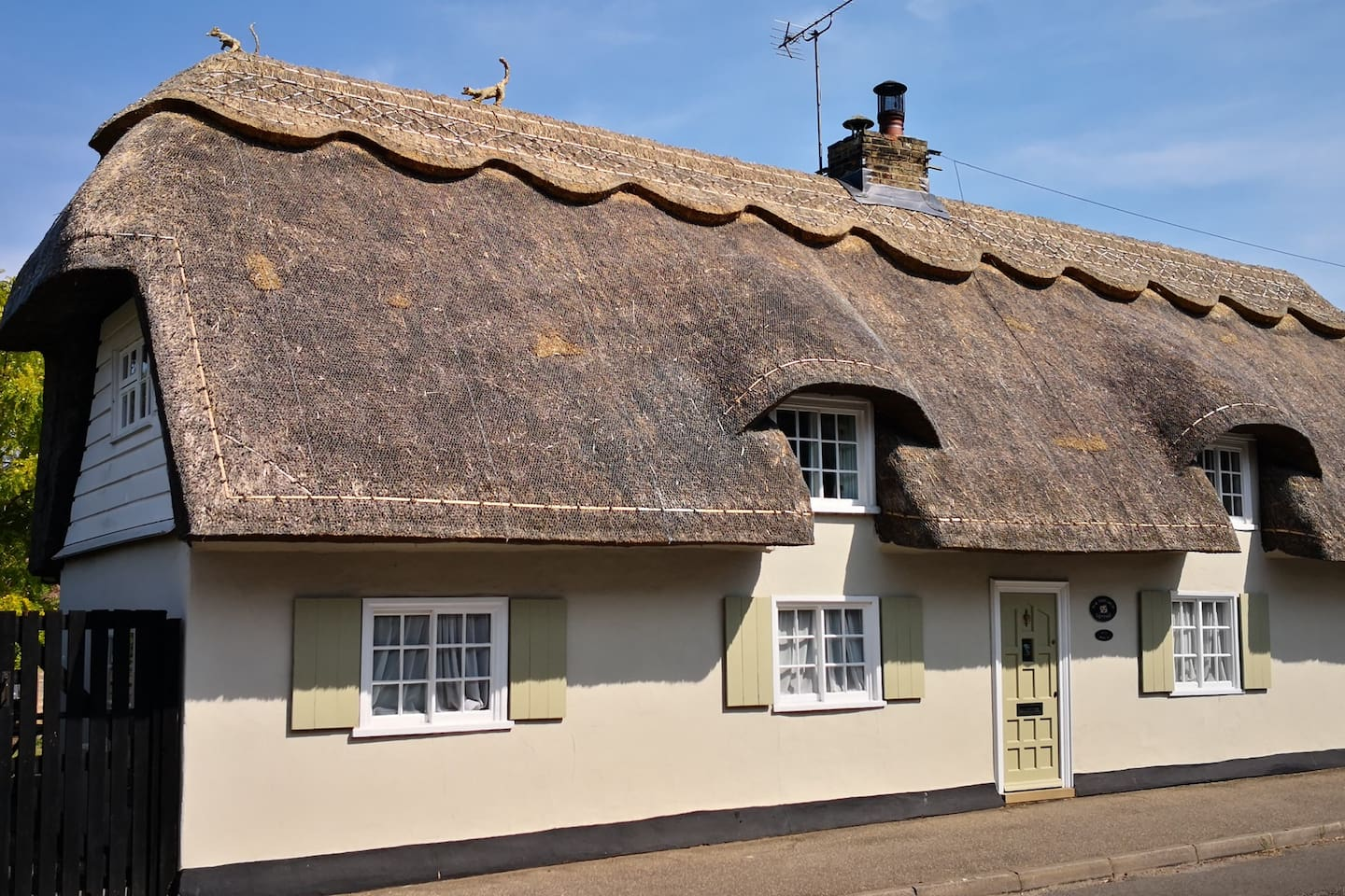 Recently re-thatched and newly renovated 17C Grade 2 Listed Thatched Cottage.