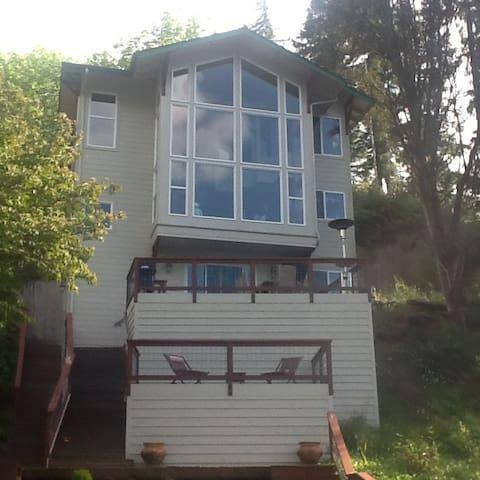 Fabulous House On Lake Sutherland!