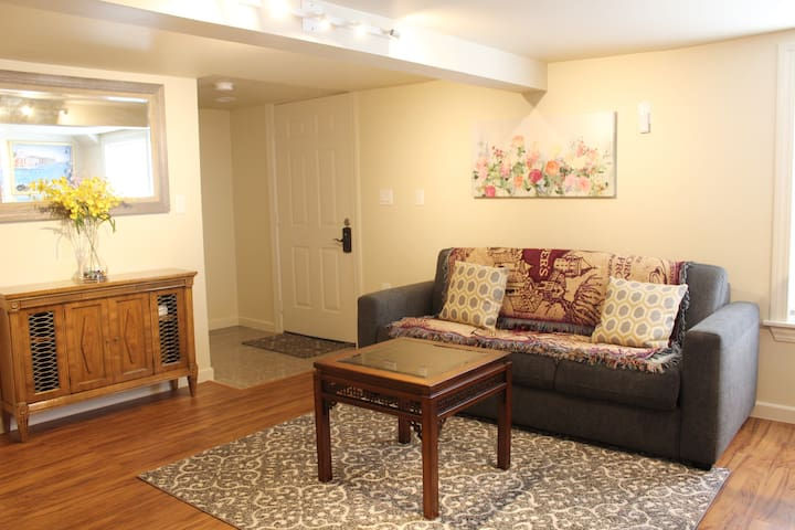 Cozy 2 Bdrm/1.5 Ba Apt with Parking- Lake Merritt