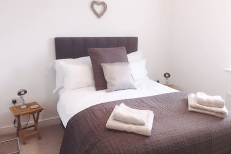 Private room in 2 bedroom home - Easingwold - 独立屋