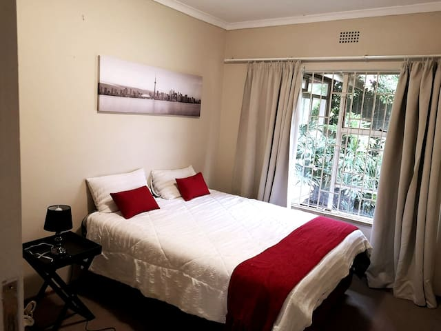 Cosy bedroom in a house, 8 km from OR Tambo.