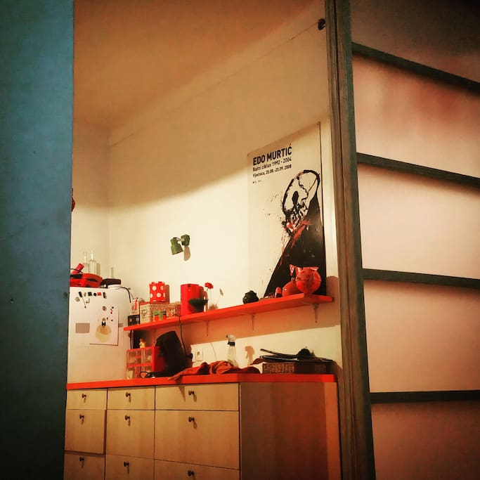 La cuisine vue de la chambre.