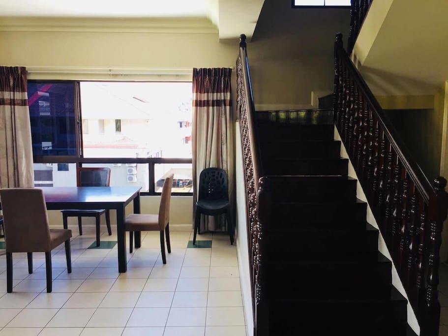复式户型、复古装潢,用餐区位于一楼
