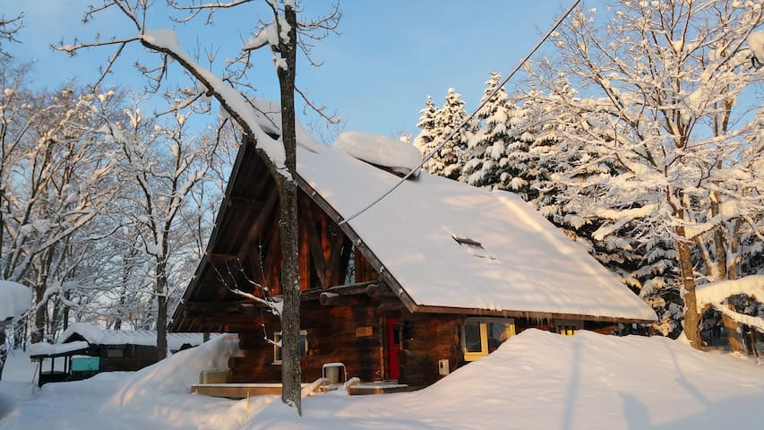 Gorgeous log cabin Niseko - powder snow heaven. - Kutchan - Blockhütte