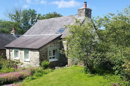 Romantic cottage for two in rural wildlife haven