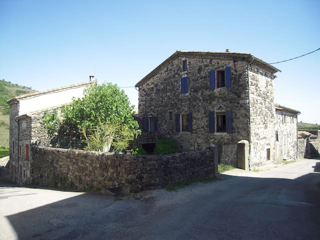 Maison en pierre au cœur d'un village Ardéchois