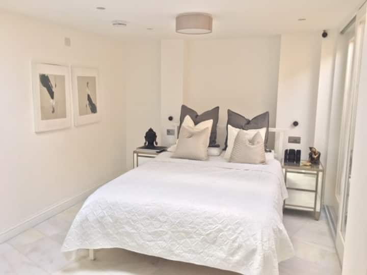 Stunning new room & private wc/shower & kitchen
