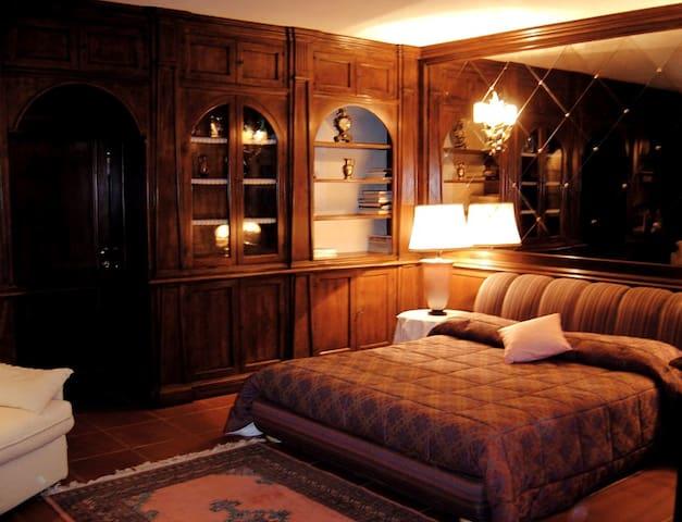 La meravigliosa camera matrimoniale delizierà il tuo palato con una parete a specchio.