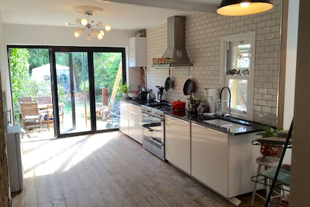 Large house with garden, Forest Gate Village - Londres - Casa