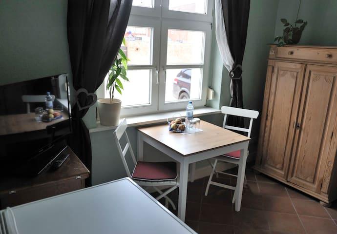 Bereich Esstisch mit TV und Kühlschrank