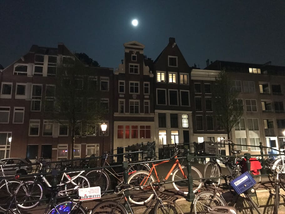 Looiersgracht at night.
