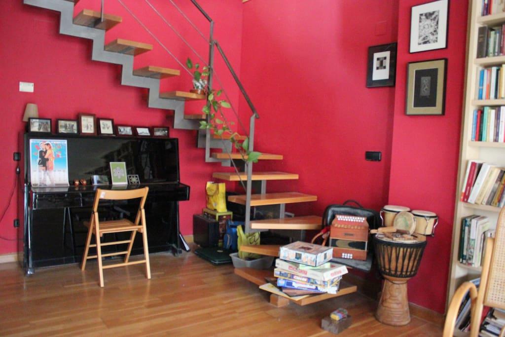 A vuestra habitación se sube por esta escalera que da al salón comedor. Si queréis tocar, nuestros instrumentos están a vuestra disposición :-)