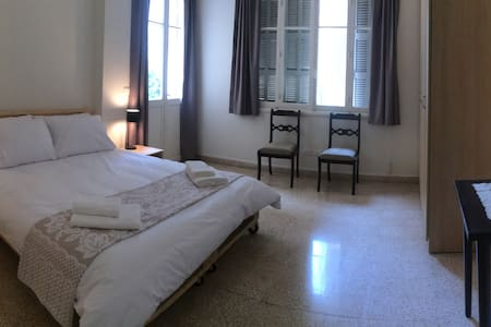 Sunny vintage apartment in Hamra, middle bedroom 2