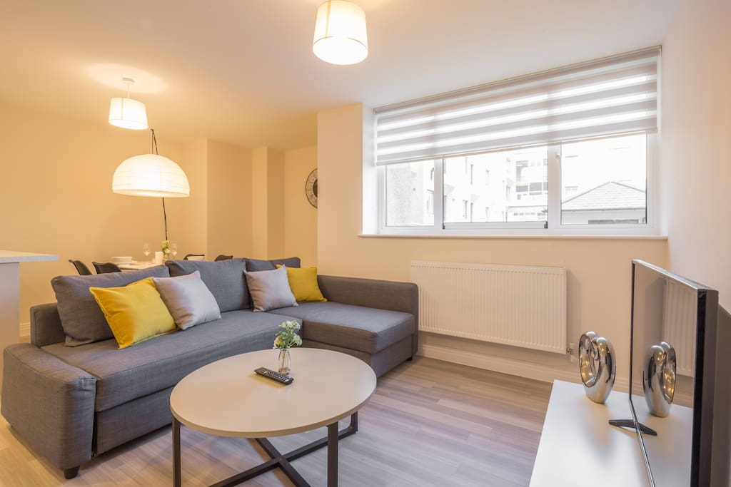 Open plan living room with sofa bed, Smart TV, fully equipped kitchen and dining table