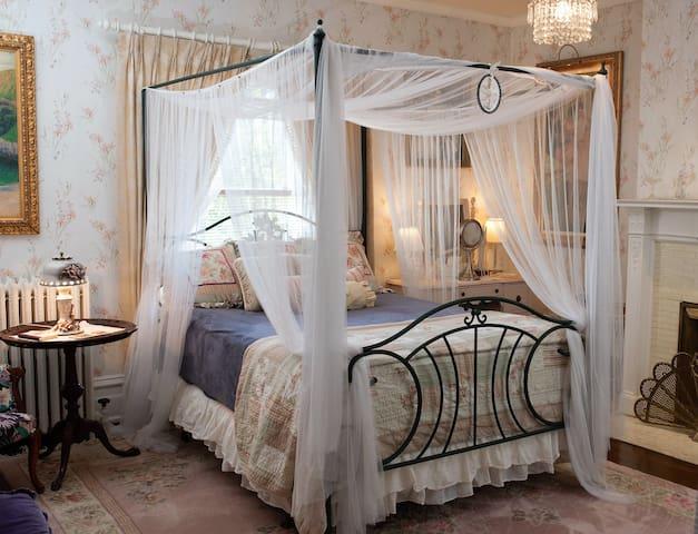 Crystal Rose Room in Award Winning Mansion!