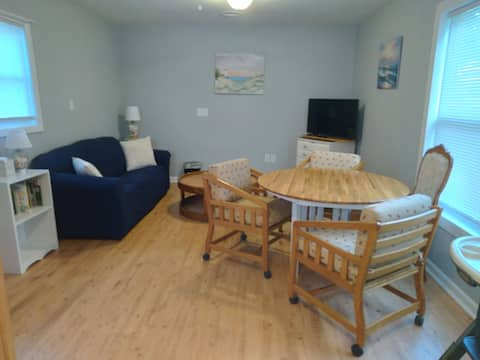 Adorable 1 bedroom guesthouse with free parking