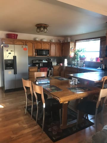 Family style home in Talent minutes from I-5 & OSF