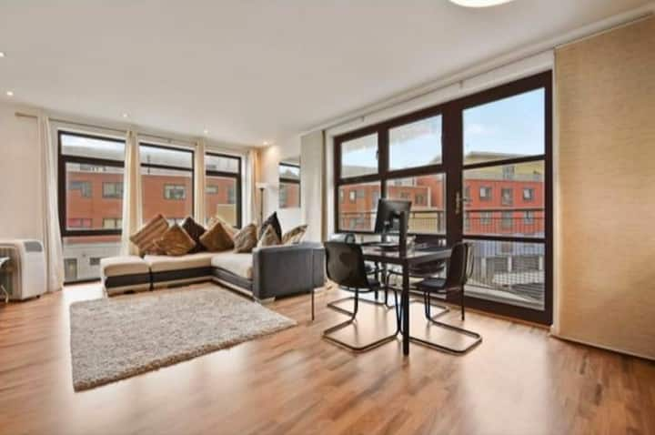 Bright modern-furnished room close to Canary Wharf