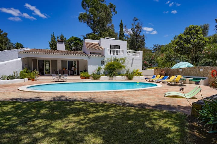Roofed Villa in Albufeira with Private Swimming Pool