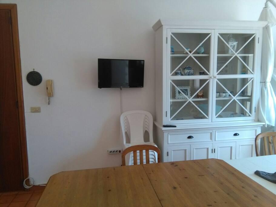 soggiorno con tavolo da pranzo e tv