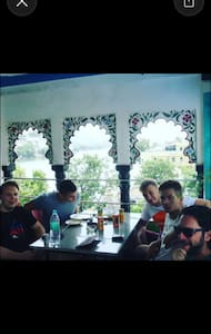 Cafe Helsinki & Rooms - Udaipur  - Wikt i opierunek