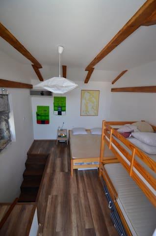 Soba 1 sa bračnim krevetom i krevetom na kat