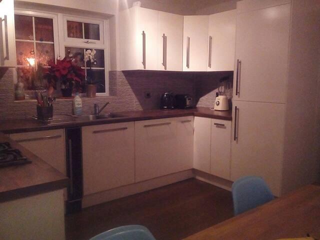 Room for female in modern flat in Balham