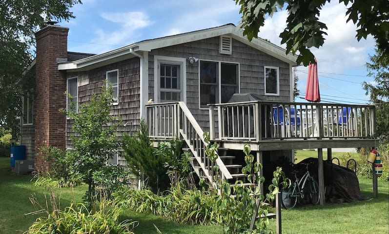 Windrush Cottage cozy charm, walk to ocean & ponds