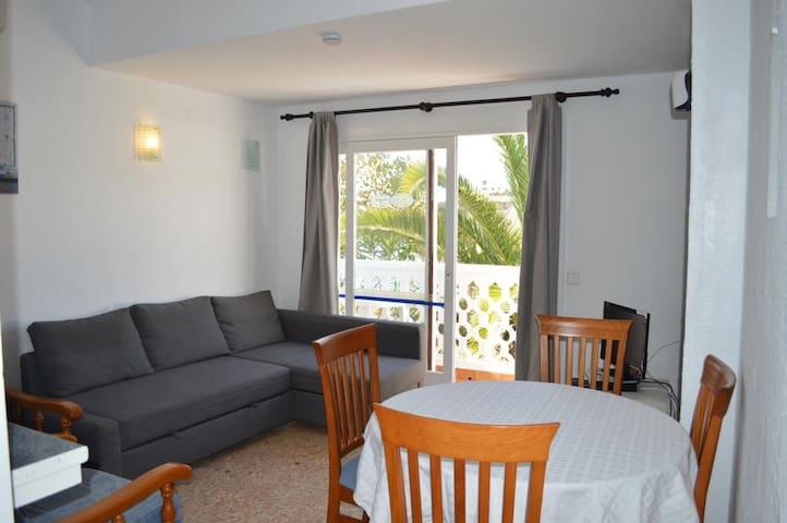 Appartement de vacances dans un complexe bien entretenu avec Wi-Fi et balcon ;