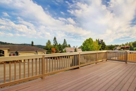 远眺雷尼尔雪山的实惠经济型别墅房间 Large beautiful home on mountain - Bellevue