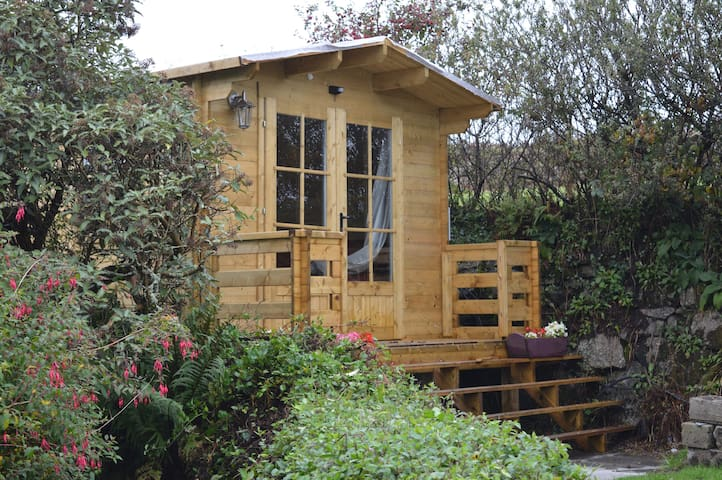 Rural garden log cabin with en suite shower room capanne for Persiane delle finestre di log cabin
