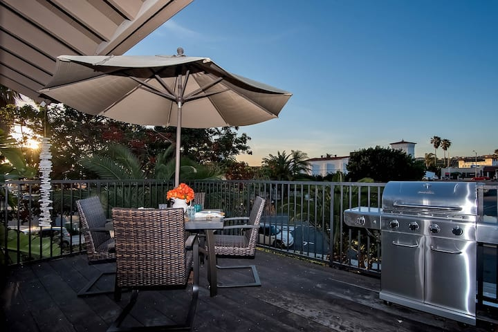 Bright & family-friendly condo with large deck and grill - walk to beach!