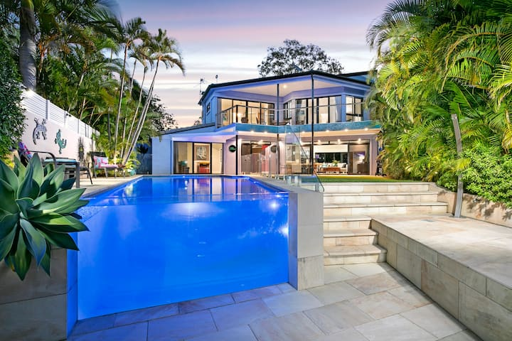 Luxury WATERFRONT 500m to Beach & Hastings St
