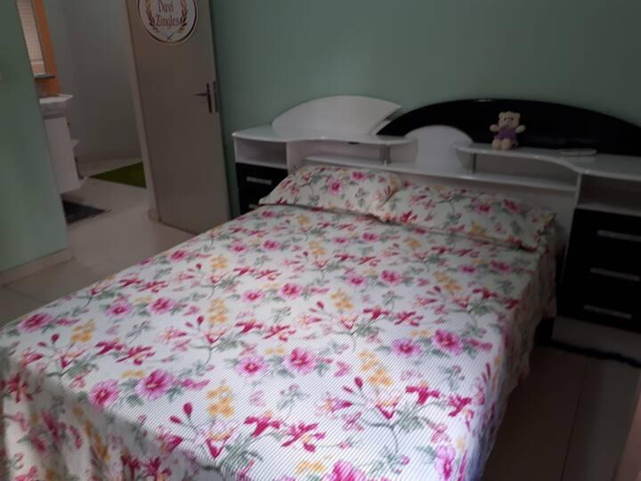 Quarto amplo com AC. cama de casal ou 2 solteiros.