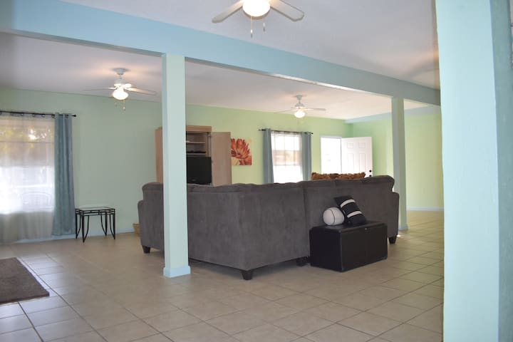 4 BEDROOM 1 ml to Downtown and 16 ml to BEACH