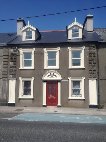 Brownes Townhouse- New, family friendly , garden. - Dungarvan - Huis