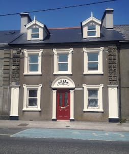 Brownes Townhouse- New, family friendly , garden. - Dungarvan - House