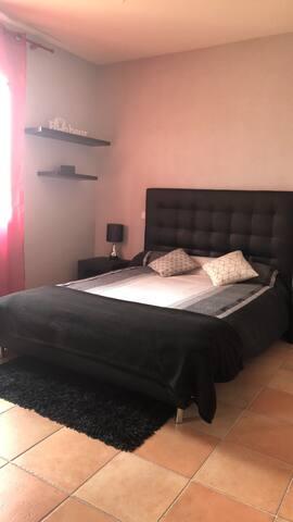 Chambre double avec lit en 140 Placard coulissant + deux chevets