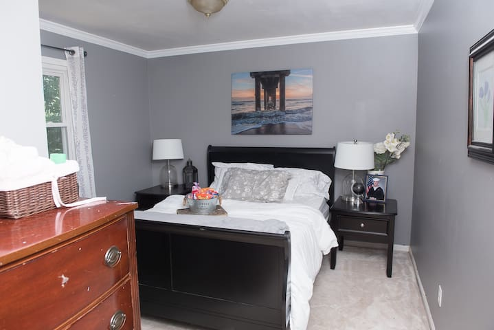 Cozy bedroom near downtown and train station