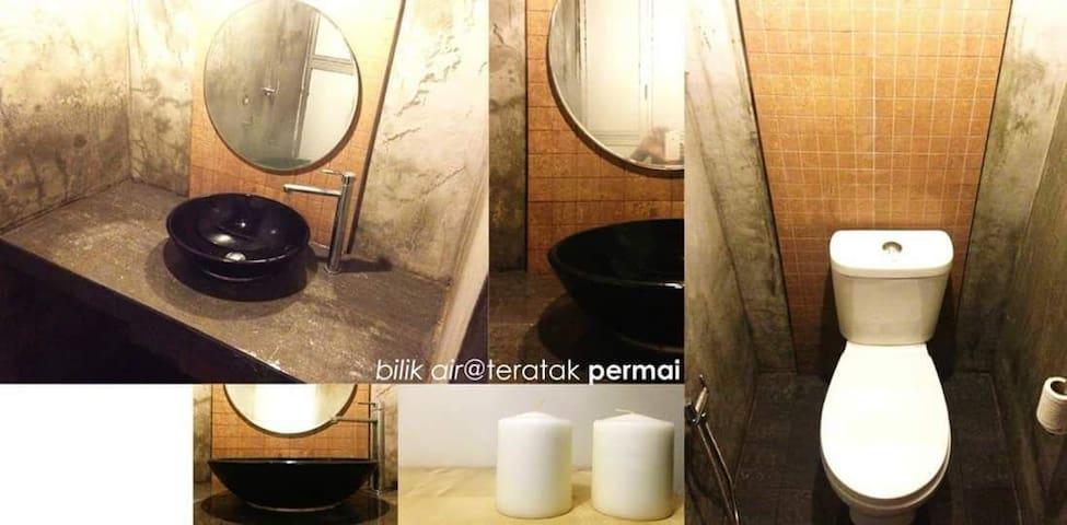 Bathroom & Toilet.