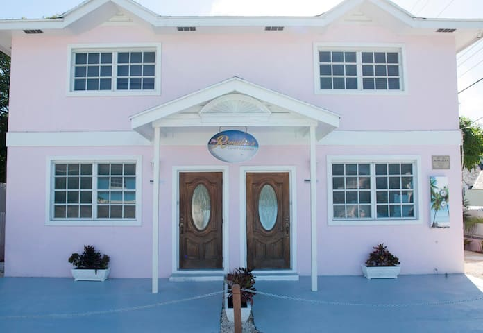 Romalia's Townhouse, Lady Regina Suite 1 - Dunmore Town