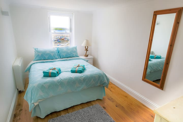 Beautiful modern double room overlooking harbour!