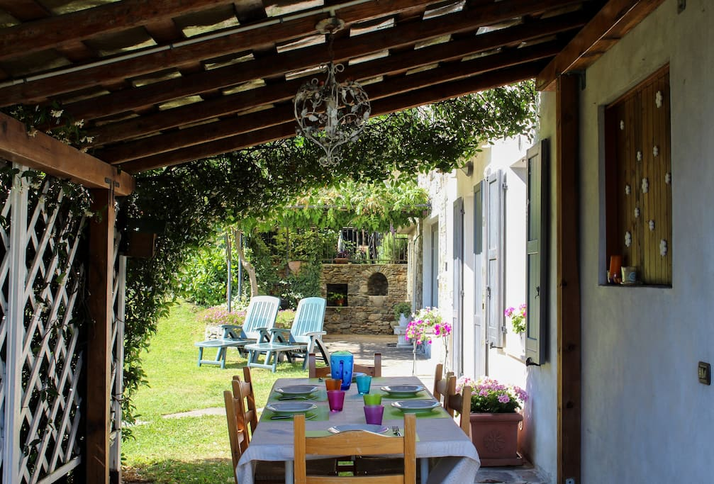 Villa Glicine has got the best patio ever, with nice and strong provencal vibes.